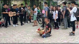 Xôn xao hình ảnh nam thanh niên cầm bó hoa quỳ gối ngay trước cổng trường chờ bạn gái
