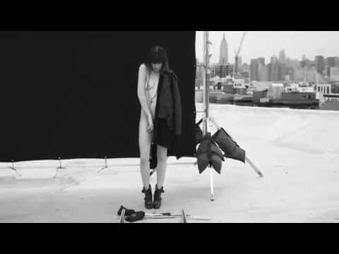 Miniatura del vídeo Lou Doillon for Givenchy