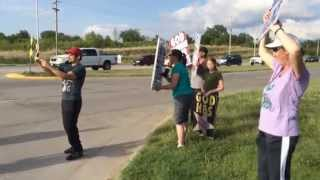 Country music star Brad Paisley goes out to Westboro Baptist Church picket to take a #selfie!