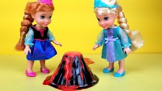 Volcano experiment ! Elsa and Anna toddlers - school - science class - Barbie is the teacher
