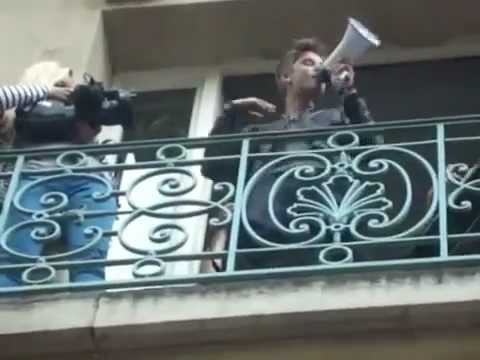 Justin Bieber canta em sacada de hotel