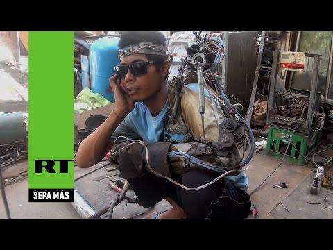 Construyó su propio brazo biónico con chatarra del taller