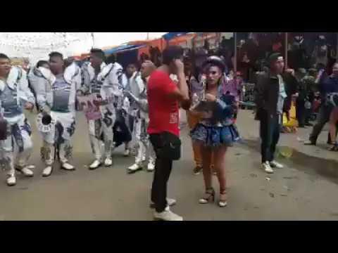 LE PIDE  MATRIMONIO EN EL CARNAVAL DE.ORURO BOLIVIA