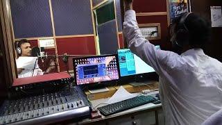 जो नहीं गाता है उसे भी गवा देते है आर्यन गुप्ता !! ज़रा देखिये ये वीडियो कैसे बनते है नये लड़के सिंगर