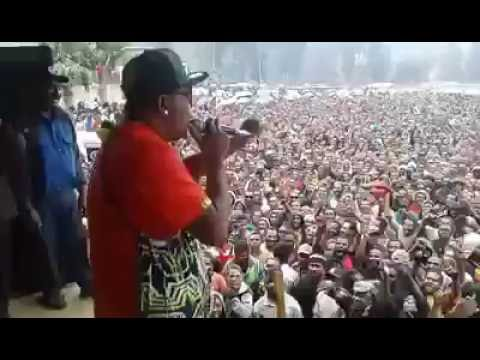 Sharzy performs Bilas bilum in Wabag Enga Cultural Show (2016)