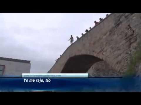 Joven Salto desde un puente en castro urdiales