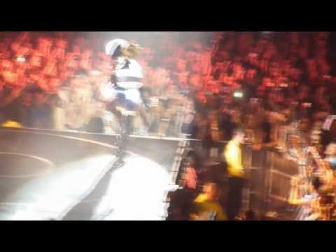 [HD] Rihanna - Umbrella - Live Manchester HD 2010