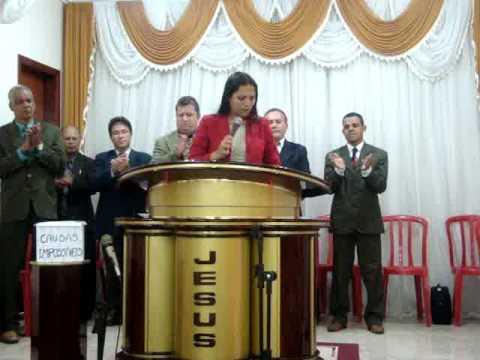 MISSIONARIA ADRIANE MONTEIRO PREGANDO NA IGREJA SEDE