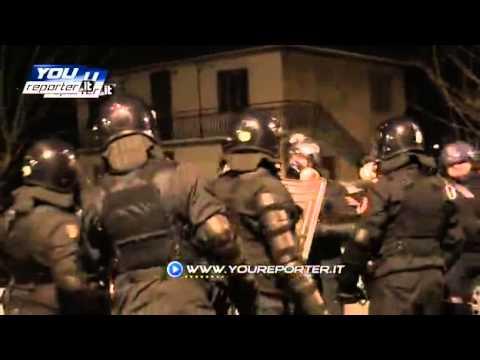 Giornalisti allontanati e insultati dai poliziotti – YouReporter.mp4