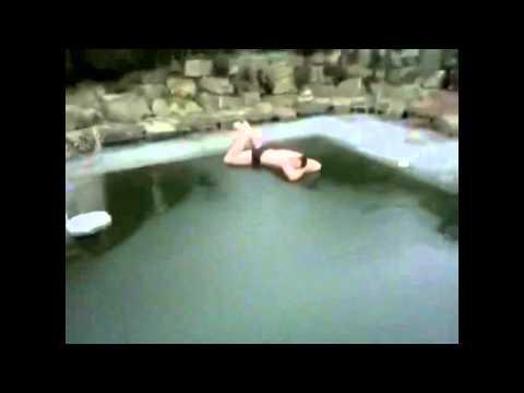 Hombre se tira a piscina congelada