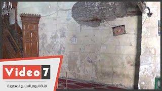 """بالفيديو..مصلون يصرون على الصلاة بمسجد أثرى آيل للسقوط بـ""""قصر الشوق"""""""