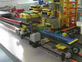 Całkowicie zautomatyzowana fabryka zbudowana z klocków LEGO produkująca małe samochody LEGO