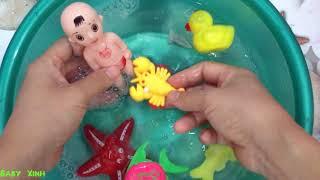 Baby doll bathtime How to Bath a Baby toy Videos Tắm cho em bé búp bê đồ chơi trẻ em