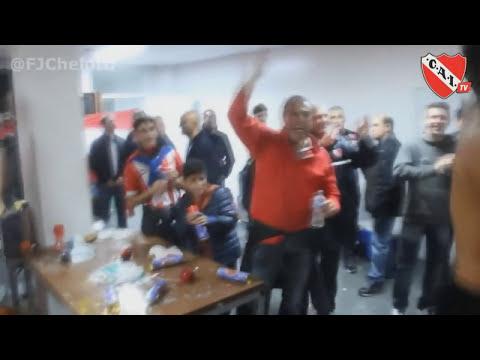 Independiente - Huracán: Jugadores cantando en el vestuario
