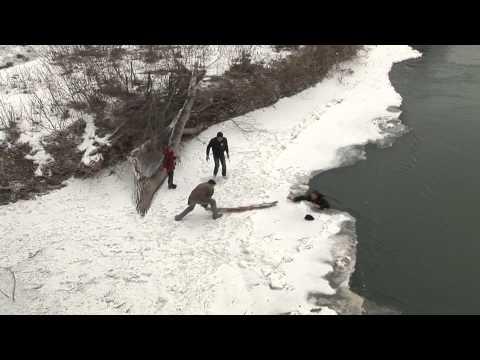Мужчина с девочкой провалились под лёд в Лабинске.mpg