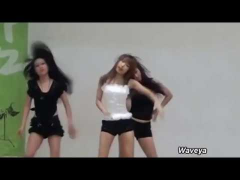 Un groupe de danseuses dans une école masculine