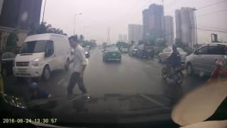 Xe máy chạy không nhìn đường