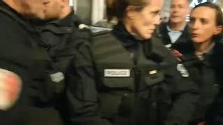 A Pau les policiers retirent leurs casques face aux GiletsJaunes