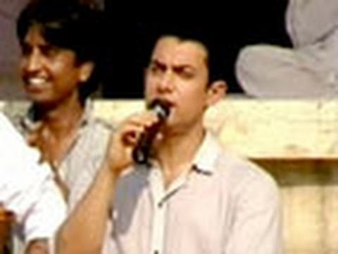 Aamir sings for Anna, his supporters