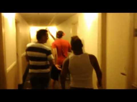 Chimbala y El Alfa jugando como dos niños en el pasillo de un hotel En New York .