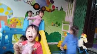 Bé Đi Nhà Trẻ - Bé Chơi Cầu Trượt