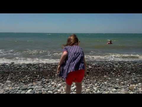 Лера кидает камушки в море