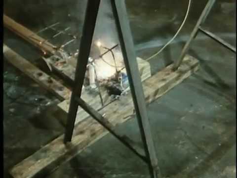 Una máquina de Rube Goldberg que involucra mucho fuego en su proceso