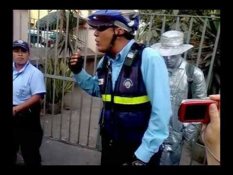 SERENAZGO DE LIMA BOTA A ARTISTAS EN JR DE LA UNION - LA GENTE PROTESTA
