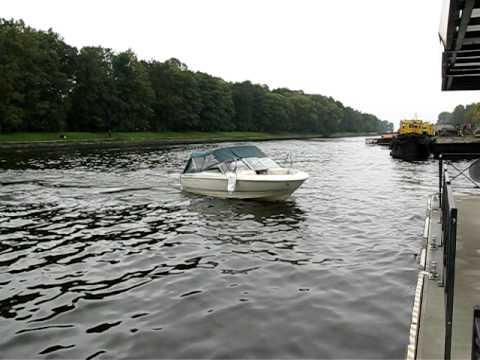 швартовать лодку