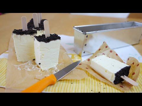 Easy Oreo Cheesecake Ice Cream Bars 型に流し込んで冷凍して切り分けるだけのチーズケーキアイスバー