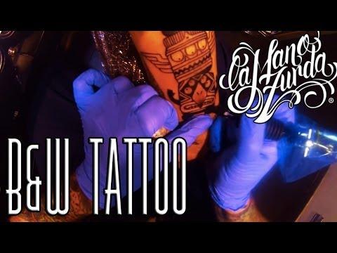 tatuando en blanco y negro profesional