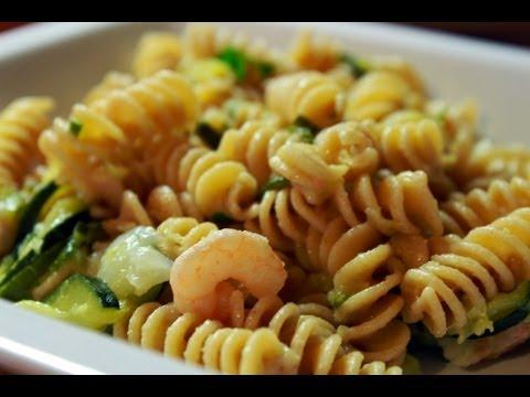 Pasta (fusilli) con zucchine e gamberetti (ricetta light)