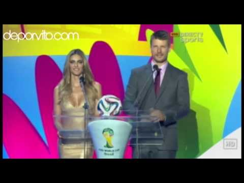 Ronaldo Nazario de Lima entrega el balón para el Mundial 2014