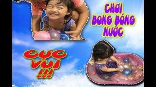 BÉ CHƠI BONG BÓNG NƯỚC CỰC VUI - HOA CHANH TV - PLAY WATER BALLOONS SO FUNNY
