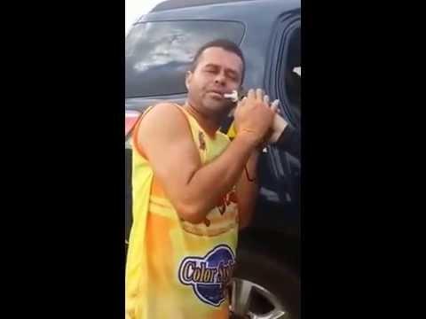Bebado canta no bafometro ao invés de assoprar ! kkk