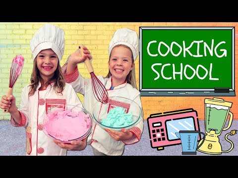 Addy and Maya Take A Cooking Class at Toy School !!!