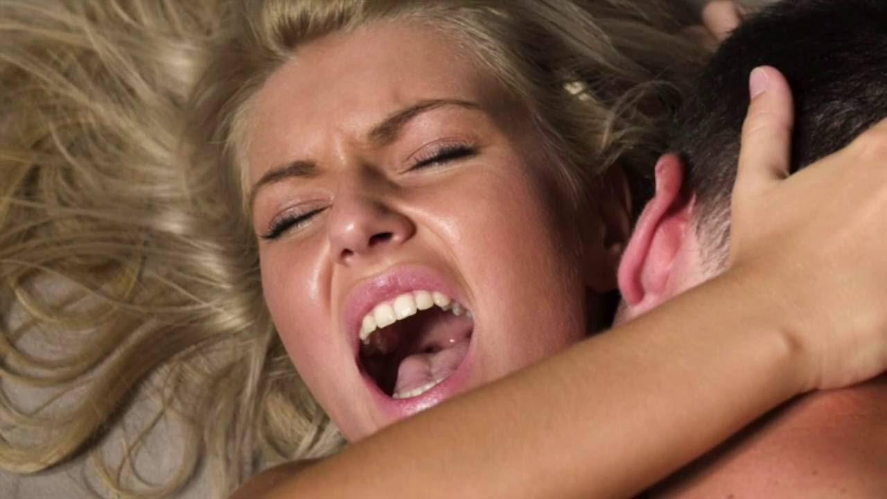 Tina Tosh показала сосок, приоткрыв рот