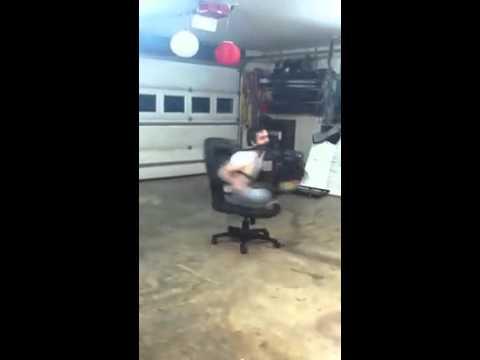 Gente - Dando vueltas con silla de oficina