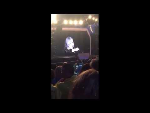 Adele retó a sus fans por filmarla en vez de verla