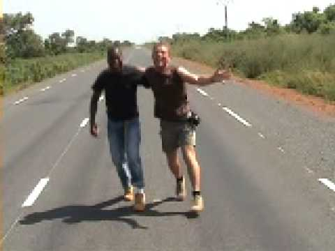 Mot & guide Kaw singing bier & tietuh (10)on the road in the Gambia
