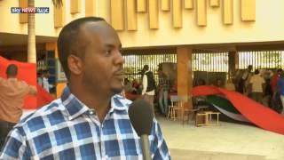 سوداني يصنع علما عملاقا لبلاده