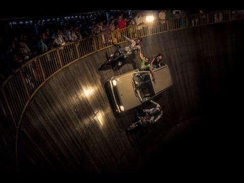 Bikes and cars stunt in Well of death - maut ka kuwa at Mahim...