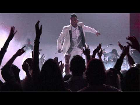 Singer Miguel jumps and lands on fans head at 2013 Billboard Music Awards