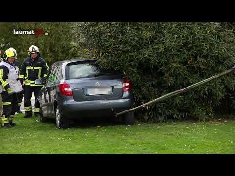 Betagter Autolenker fährt nach Missgeschick quer durch einen Garten in Gunskirchen
