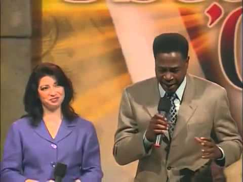 Charles Haugabrooks e Jennifer LaMountain cantam The Holy City Medley