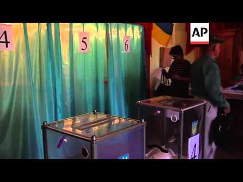 Residents of Crimea cross into Ukraine to vote