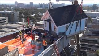 """Установка дома """"Упавшая звезда"""" на крышу университета в Сан-Диего"""
