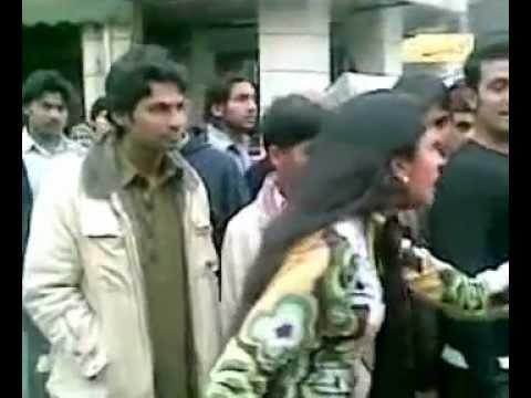 Lahore Ki Mahshur Gashti Jis Tara Bate Karti Ha Us Tar Pudi Bi De Gi - Youtube.flv video