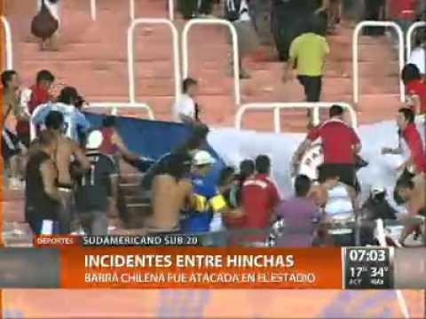 Trompadas y robos de banderas entre argentinos y chilenos dentro del estadio Malvinas