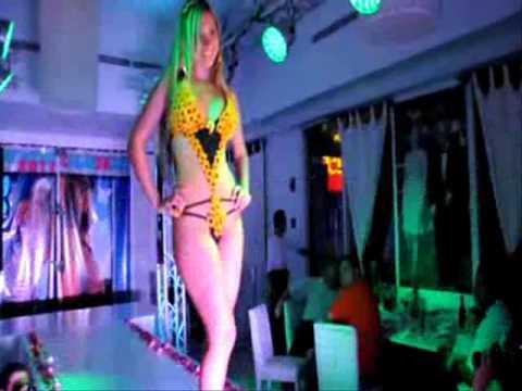 hermosa chica sexi desnuda desfilando